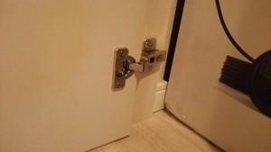 階段下開き戸の調整部